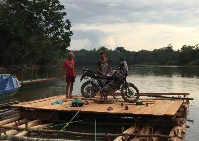 Das Motorrad dient als Motor für das Floss