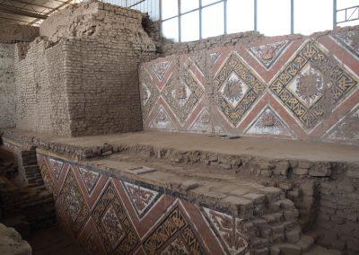Die alten Ornamente sind gut erhalten unter den Lehmschichten.