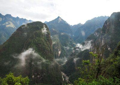 Das Tal des Rio Urubamba mit Auguas Calientes im Hintergrund