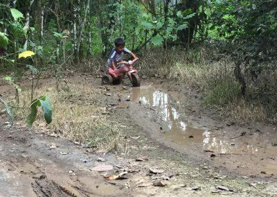 Die Kinder lieben es, im Schlamm zu spielen