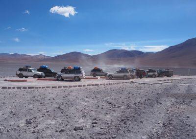 Die Laguna Colorada zieht die Tourfahrzeuge in Schwärmen an