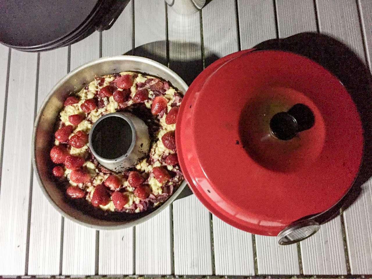Nach dem Backen mit Erdbeeren verzieren