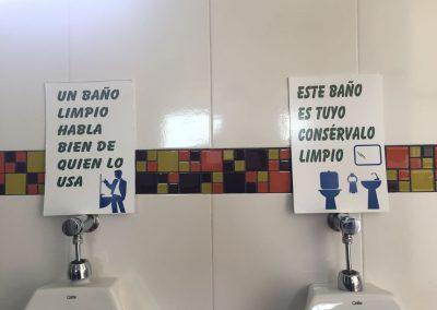 Ein sauberes WC sagt gutes über den Benutzer. / Es liegt an dir, dieses Bad sauber zu halten.