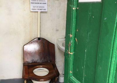 Ein historisches WC auf der Finca Harberton auf Feuerland