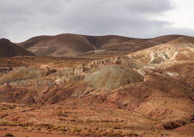Eine Minenstadt schmiegt sich an den Berg.