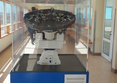 Das Lego-Modell eines Radio-Teleskops.