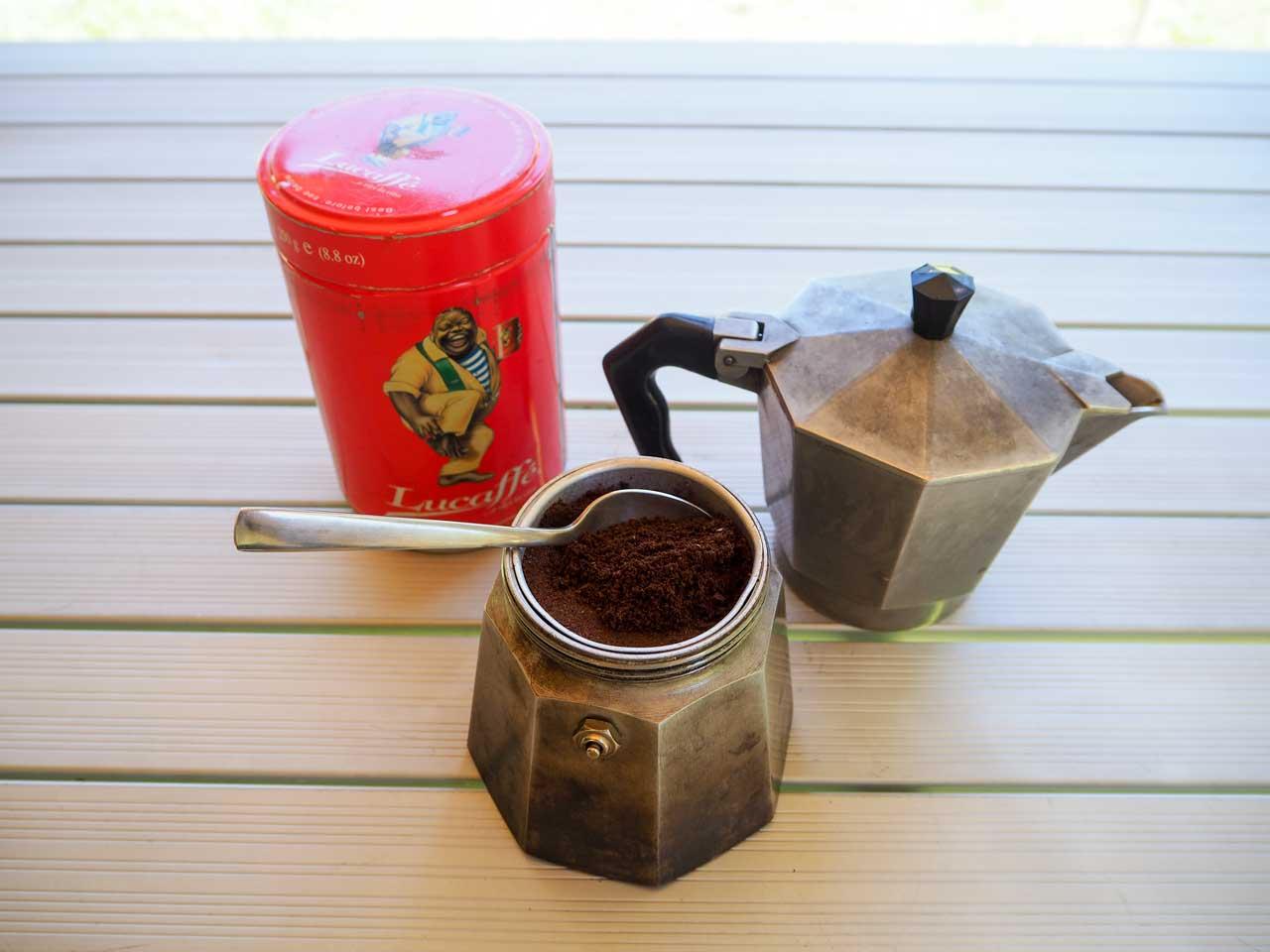 Wasser und Kaffeepulver einfüllen...