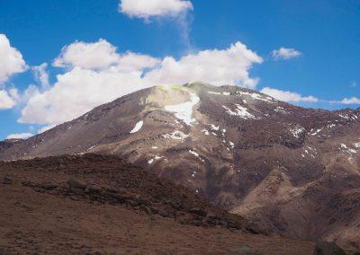Und im Hintergrund spuckt der Berg Schwefel aus.