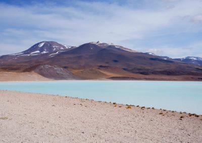 Mit Blick auf die eisblaue Wasserfläche.