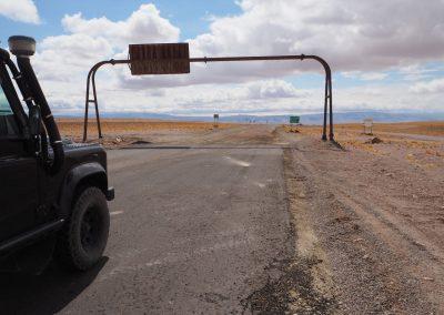 Die Grenze von Chile nach Argentinien ist deutlich sichtbar am Ende der geteerten Strasse.
