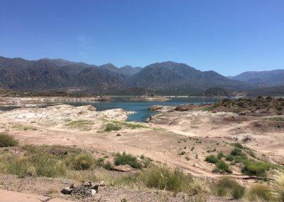 Trotz Seen ist die Landschaft eher trocken.