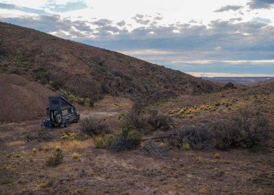 Einer der seltenen windgeschützten Biwakpätze mitten in der Pampa