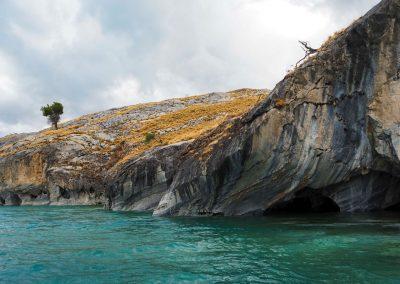 Mit dem Boot besichtigen wir die Höhlen.