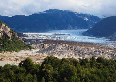 Nach einem Aufstieg auf einen Mirador, sieht man weit hinten einen Gletscher.