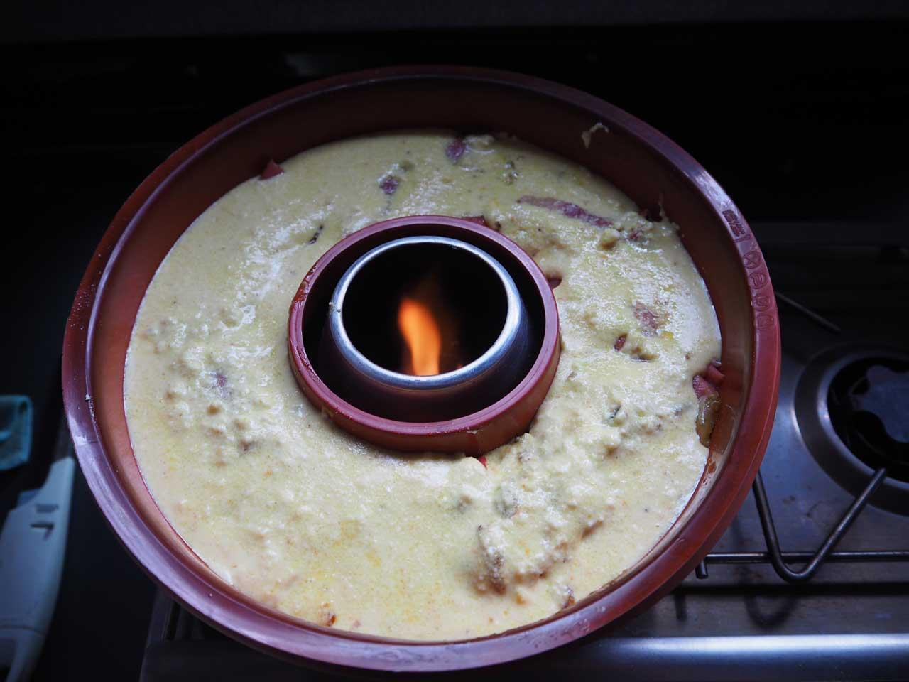 Die Sauce über alles giessen und mit Reibkäse bestreuen