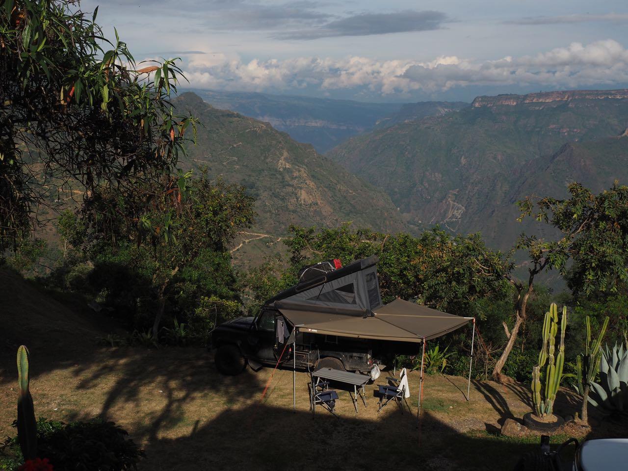 Eine schöne Aussicht über die Bergen.