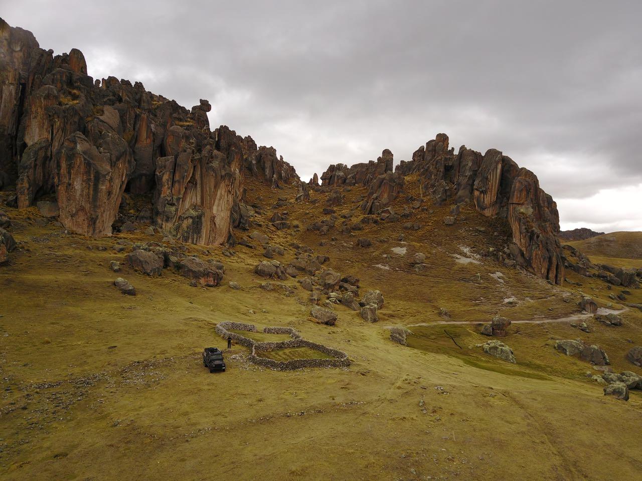 Ein wunderschöner Platz mitten in diesen zerklüfteten Felsen.