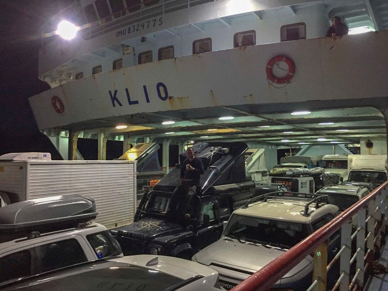 Mitten im Laderaum der Fähre stehen drei Reisefahrzeuge mit aufgestelltem Dach.