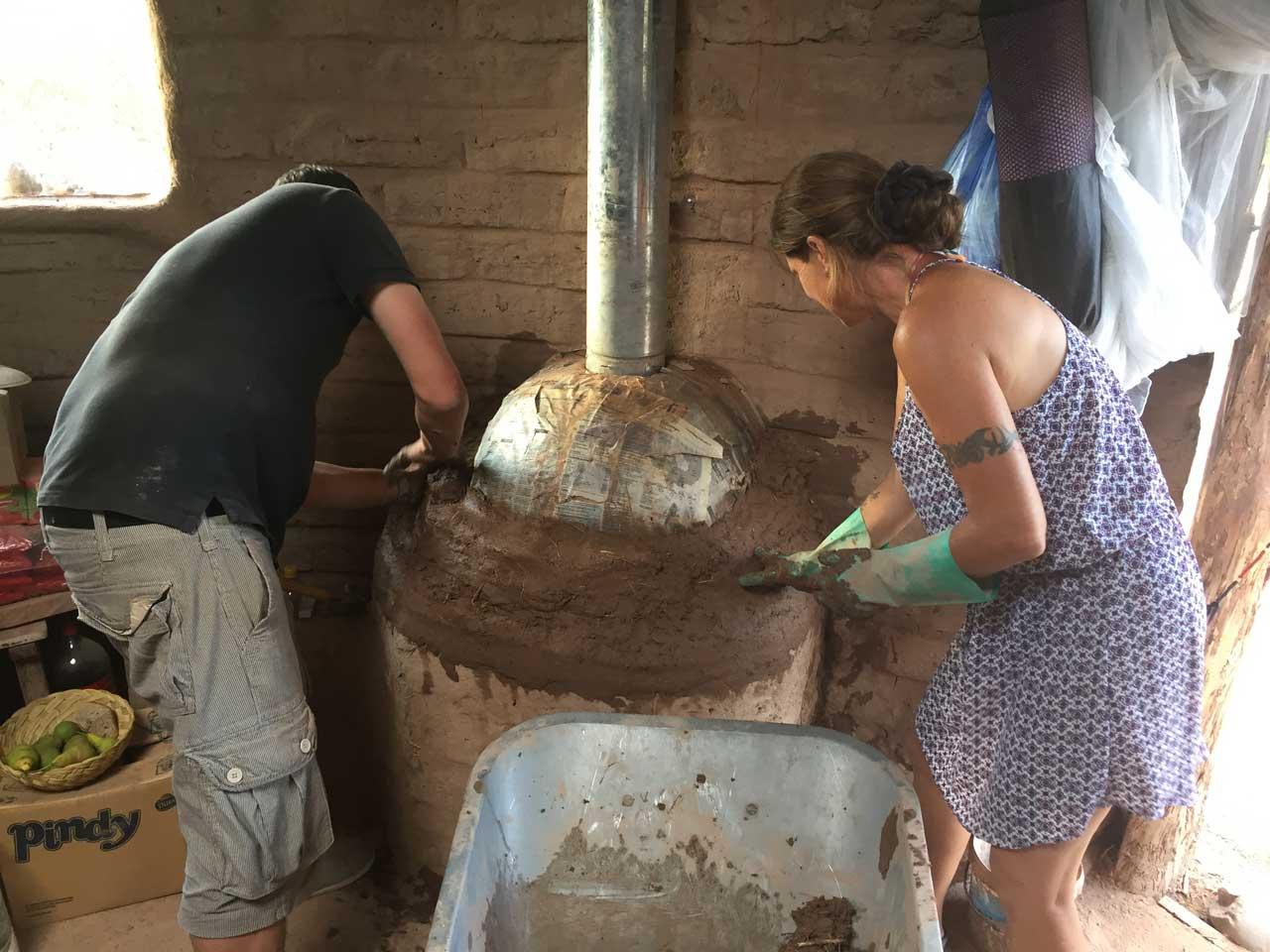 Hifi baut einen Ofen aus Lehm.