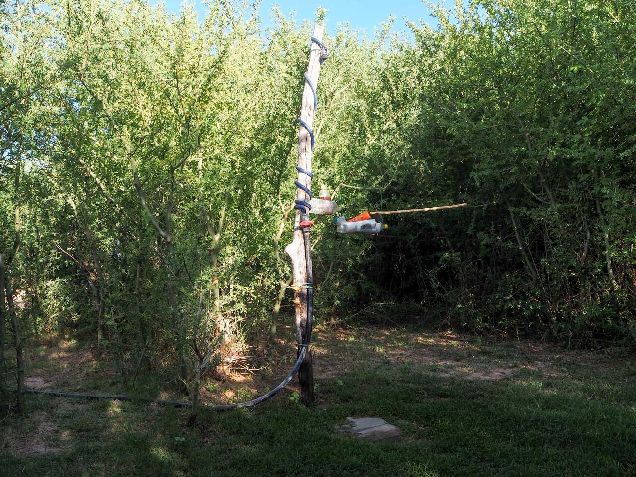 Die Solardusche mitten im Busch.