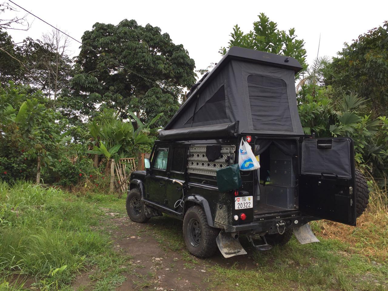 Vor dem Haus der Witoto's dürfen wir campen.