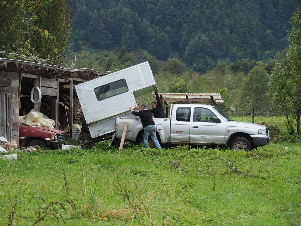 Auch Roli aus der Schweiz ist hier gestrandet. Sein Auto verkauft er an Nacho und die Kabine muss nun weg.