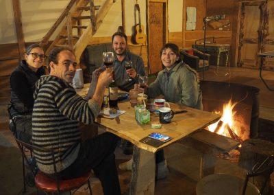 Am Abend wärmt uns ein Lagerfeuer und Wein, zusammen mit Nacho und Sandra.