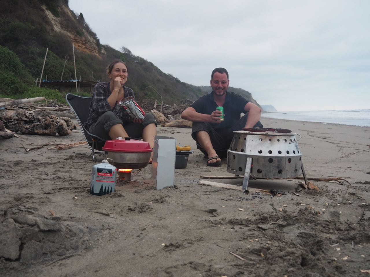Wir geniessen das Grillieren direkt am Meer.