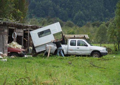 Roli aus der Schweiz ist ebenfalls hier gestrandet. Er verkauft sein Auto an Nacho, doch die Kabine muss weg.