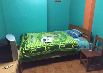 In Huancavelica fanden wir nichts, ausser dieses «bunte» Loch von einem Zimmer. Aber wenn man müde ist…