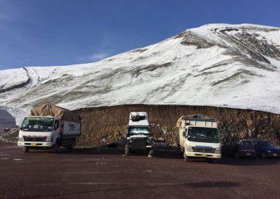Schneeverschneit bei den Rainbow Mountains.