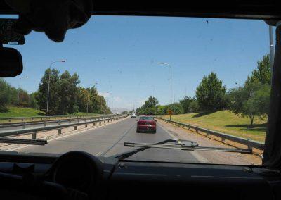 Durch grössere Städte wird die 40 auch mal zur Autobahn.