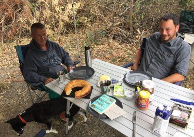 Caro feiert Geburtstag in Vilcabamba, mit einem Zopf von Hifi. Hier trafen wir auf Karlheinz und seine Hündin Lizzy.