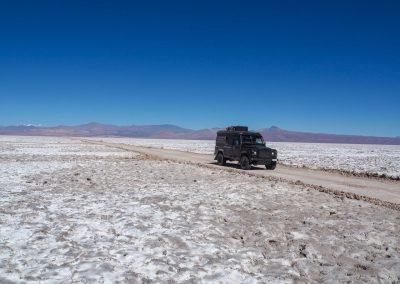 Die Holperpisten führen uns über eine weitere Salzwüste.