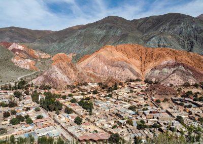 Das Dorf «Purmamarca» ist umgeben von farbigen Bergen.