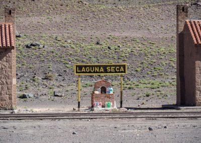 Beim Bahnhof «Laguna Seca» (trockener See), wird Wasser in Petflaschen geopfert.