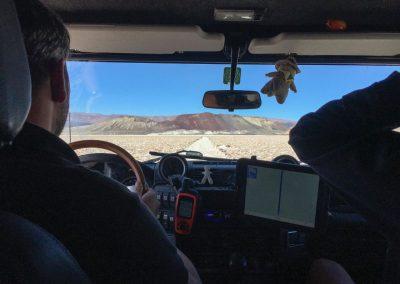 Zusammen mit Simon machen wir uns auf den Weg durch die Salzebene.