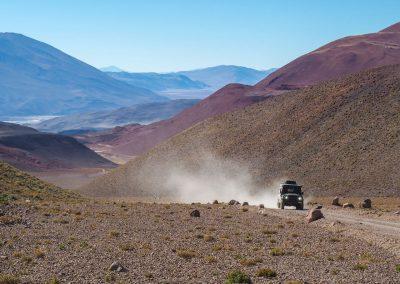 Durch bunte Berglandschaft fahren wir.