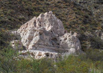 Sieht aus, wie viele kleine Höhlen. Ob die wohl mal benutzt wurden?