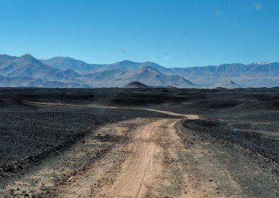 Alles ist mit einer schwarzen Schicht aus Vulkangestein bedeckt.