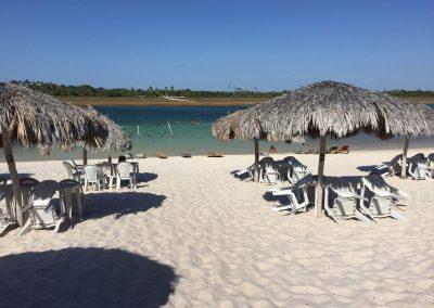 …und geniessen den traumhaften Strand und die türkise Lagune.