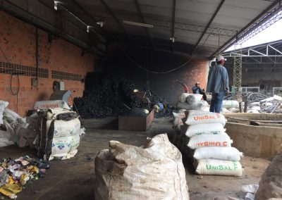 Wir besuchen eine Recycling Firma, welche Plastikrohre herstellt.