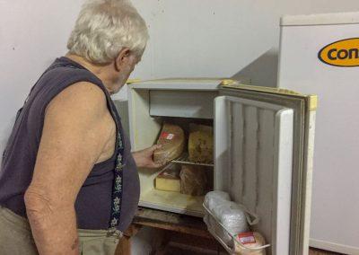 Er führt einen kleinen Dorfladen, wo man auch schweizer Käse bekommt.