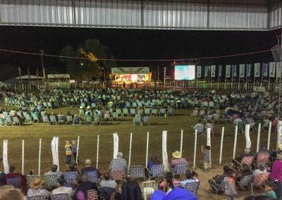 Den Abend rundet eine Musikgruppe aus Brasilien ab und die Arena wird zur Sitzfläche.