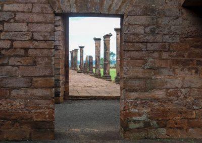 Einzelne Säulen bezeugen einen früheren überdachten Laubengang.