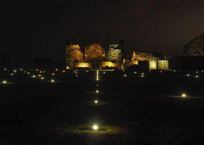 Bei Nacht wird die Anlage beleuchtet.