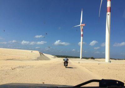 Den Windpark zu durchqueren wäre eigentlich nicht erlaubt. Doch der Securitas drückt eine Auge zu und geleitet uns hinaus.