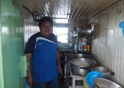 Der Koch zaubert in dieser kleinen Küche drei mal am Tag eine Mahlzeit für uns.