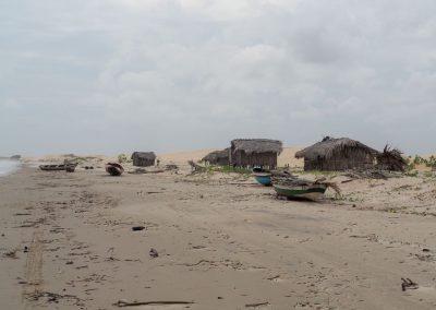Am Strand hat es viele Fischerhütten.