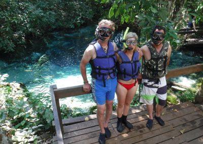Martin, Claudia und Hifi gehen «floaten» im fischreichen und glasklaren Gewässer.